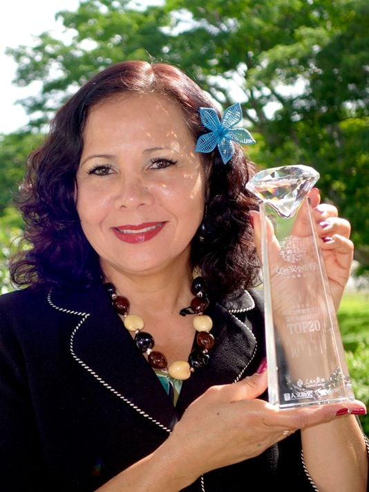 GVB-Director-of-Global-Marketing-Pilar-Laguana-holds-Guams-award-for-being-selected-as-a-top-safety-destination-for-female-travelers。