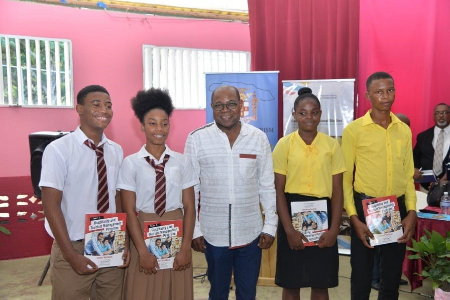 Jamaika-Menteri-lan-siswa