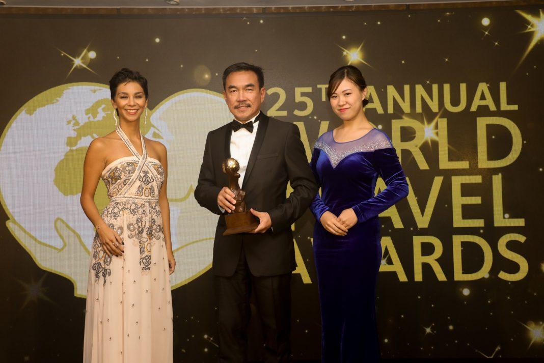 آقای-آلفرد-اونگ-وسط-دریافت-جایزه-مارک-آپارتمان-سرویس-پیش-از-طرف-آسکوت