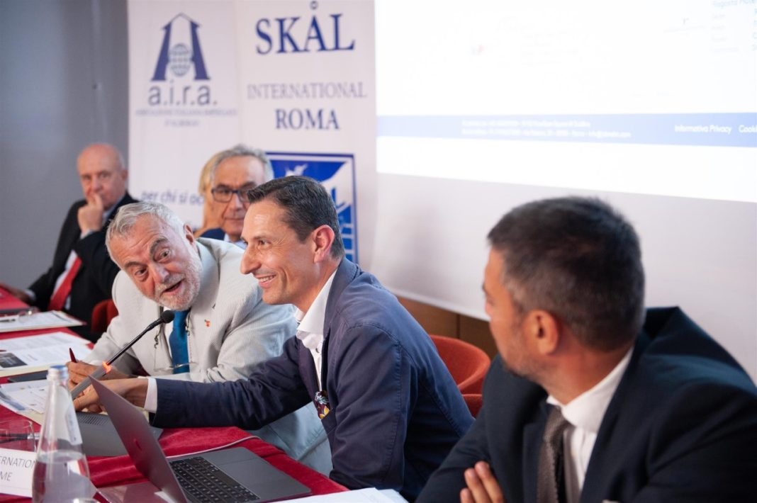 i midten-Mr-Mario-Cardon-president-of-Job-Valet-on-his-right-Mr-Antonio-Percario-President-Skal-Italy