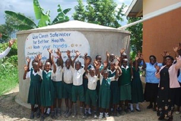 Alumnos-de-la-escuela-primaria-Buwambo-Uganda-fuera-del-tanque-de-almacenamiento