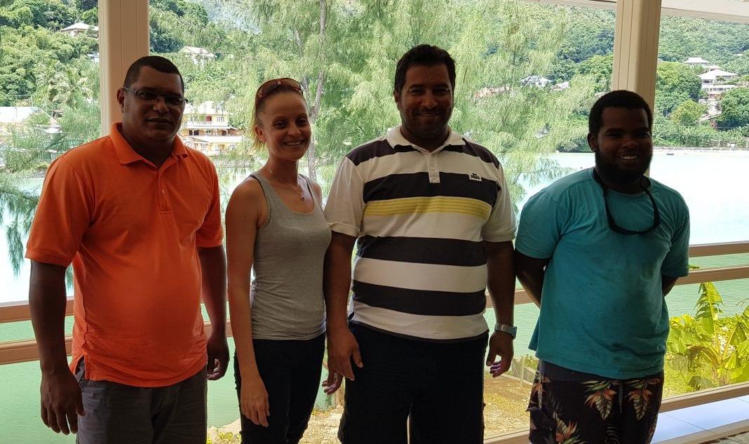 Praslin-saarelaiset-vene-charter-edustajat