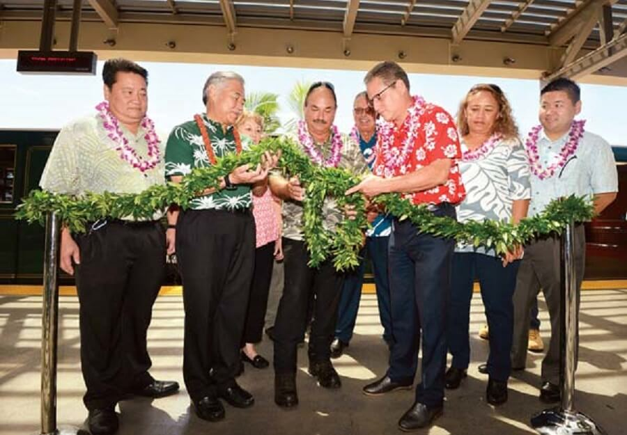 Dignitaires-look-on-as-Gov.-David-Ige-deuxième-de-gauche-Maui-Airports-District-Manager-Marvin-Moniz-et-Hawaii-Sénat-Majority-Leader-J.-Kalani-English- délier-un-maile-lei-pendant-cérémonie-de-dédicace