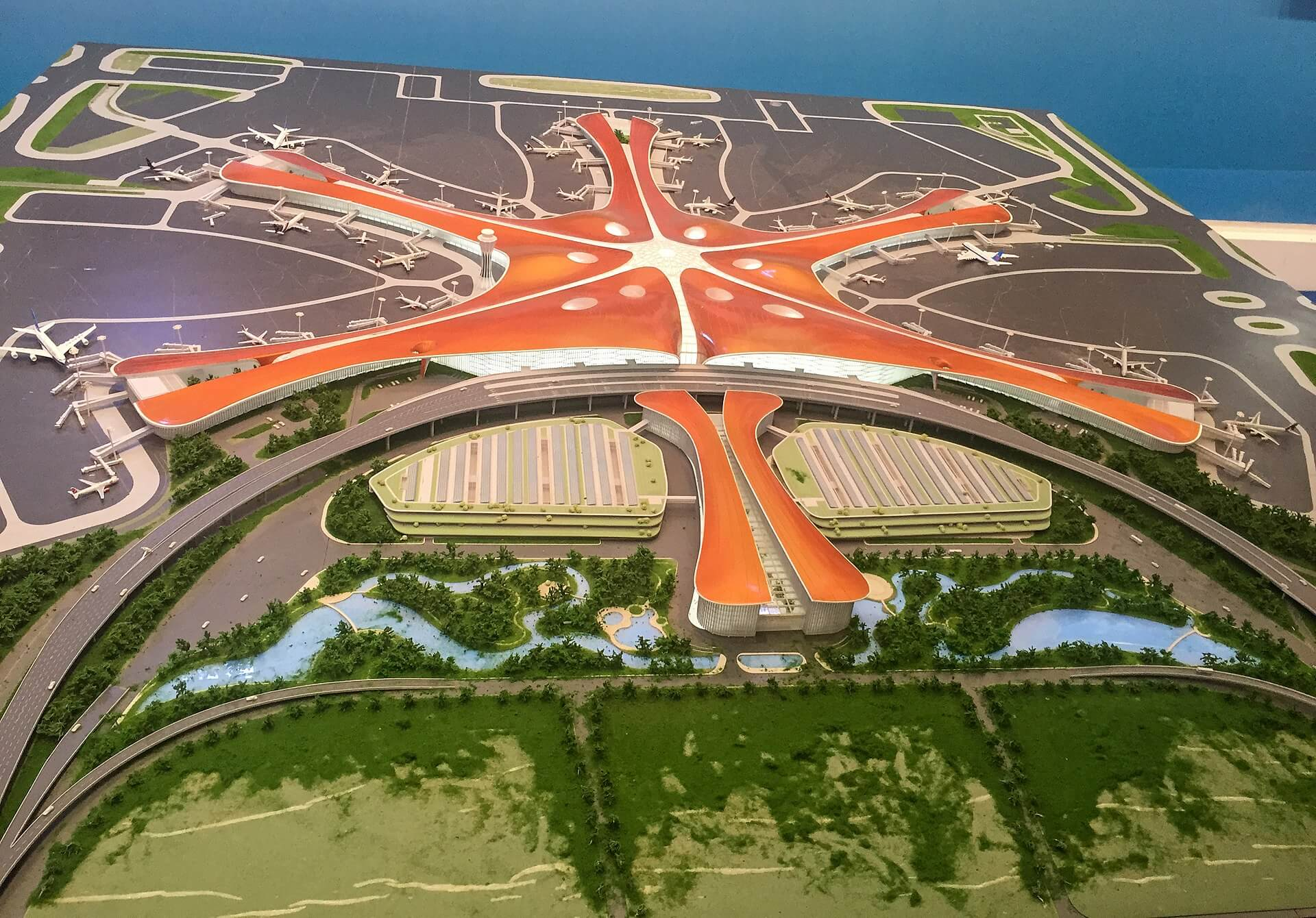 1920px-Model_of_Beijing_New_Airport_at_the_F Five-year_Achievements_Exhibitions_20171015150600