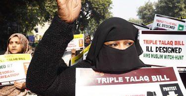"""Barbariski un necilvēcīgi: Indija atjauno musulmaņu """"trīskāršā talaka"""" šķiršanās rēķinu"""