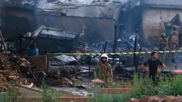 Пакистанд онгоц сүйрч 17 хүн амиа алджээ
