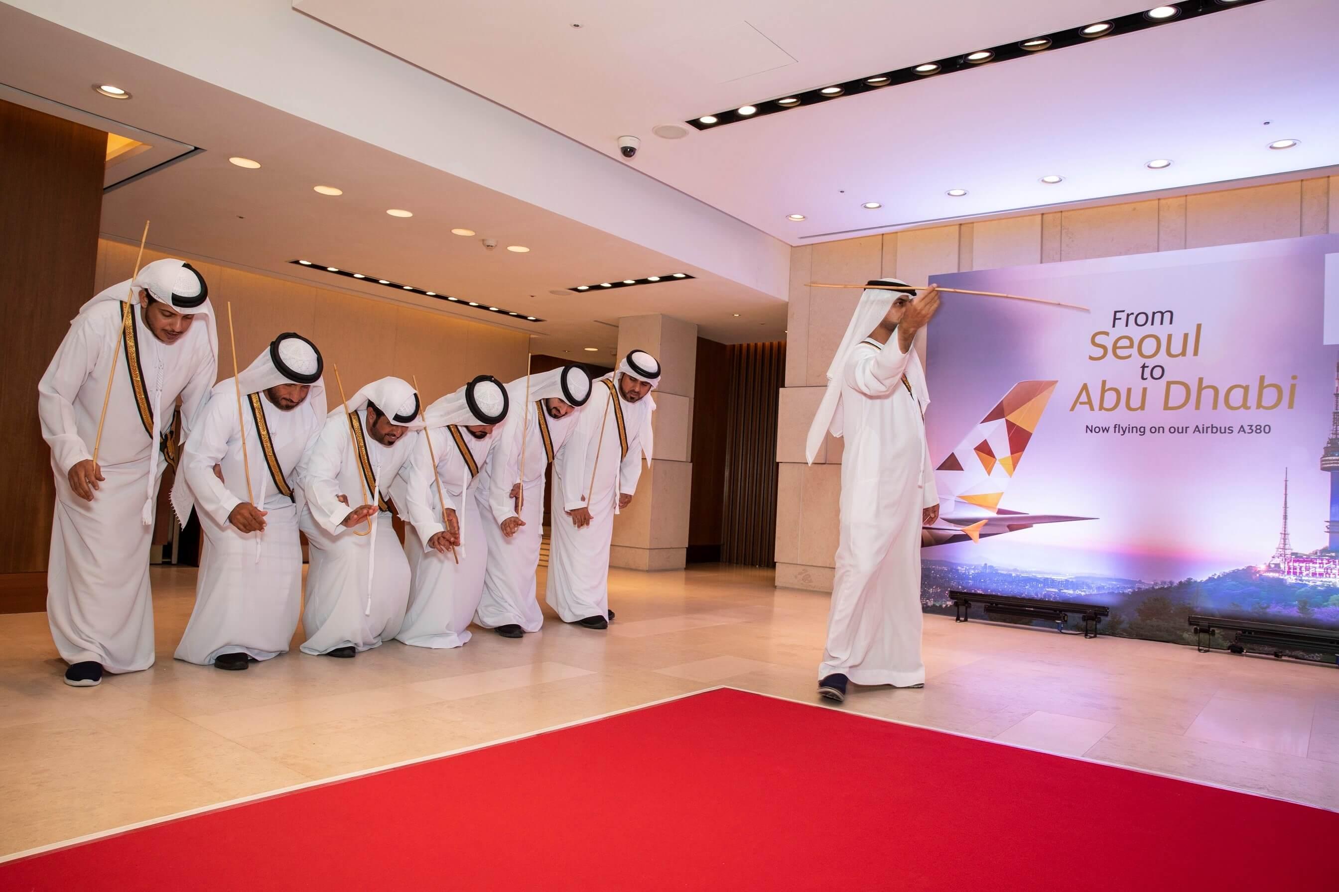 Photo-Caption_Traditional-Emirati-Al-Ayala-dance