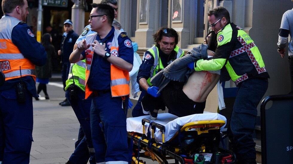 """Jeden zabit, 2 zraněni jako muž s nožem, který křičí """"Alláhu Akbar"""" pokračuje bodavým řáděním v Sydney"""