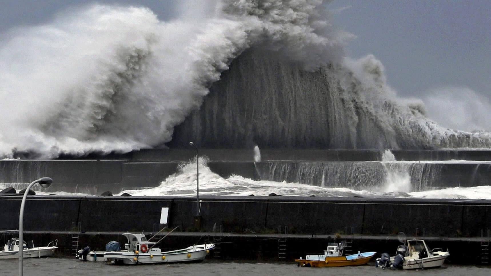 300,000 disseram para evacuar, centenas de voos cancelados no Japão antes da tempestade tropical Krosa