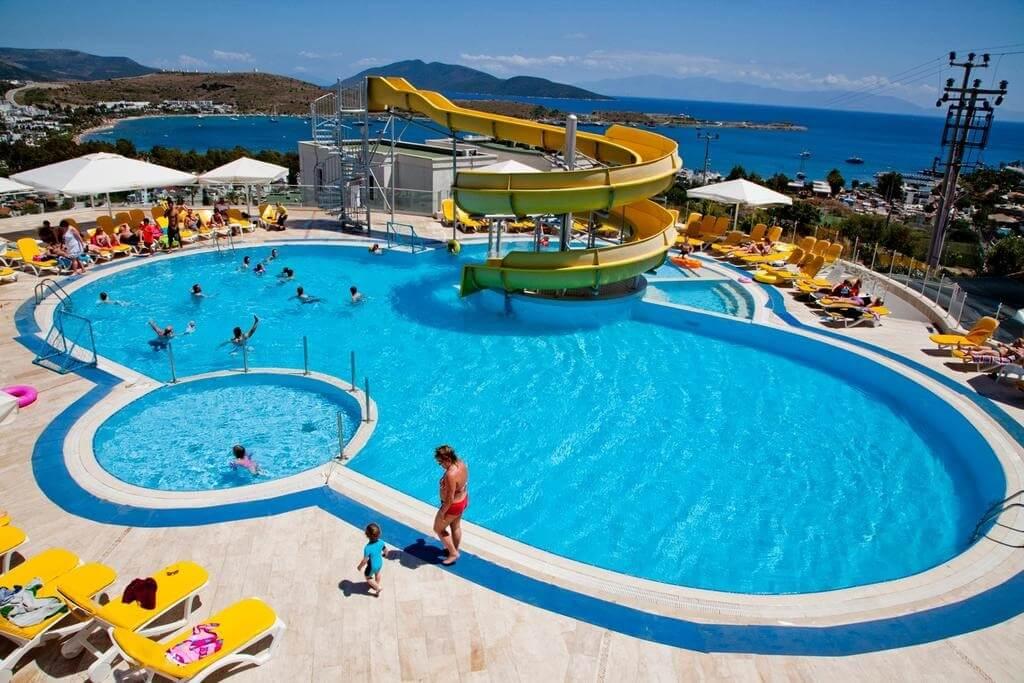 Turista russo de 12 anos ferido na piscina de um hotel turco morre no hospital