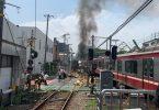 Dezenas de feridos quando o trem expresso colide com um caminhão em Yokohama, Japão
