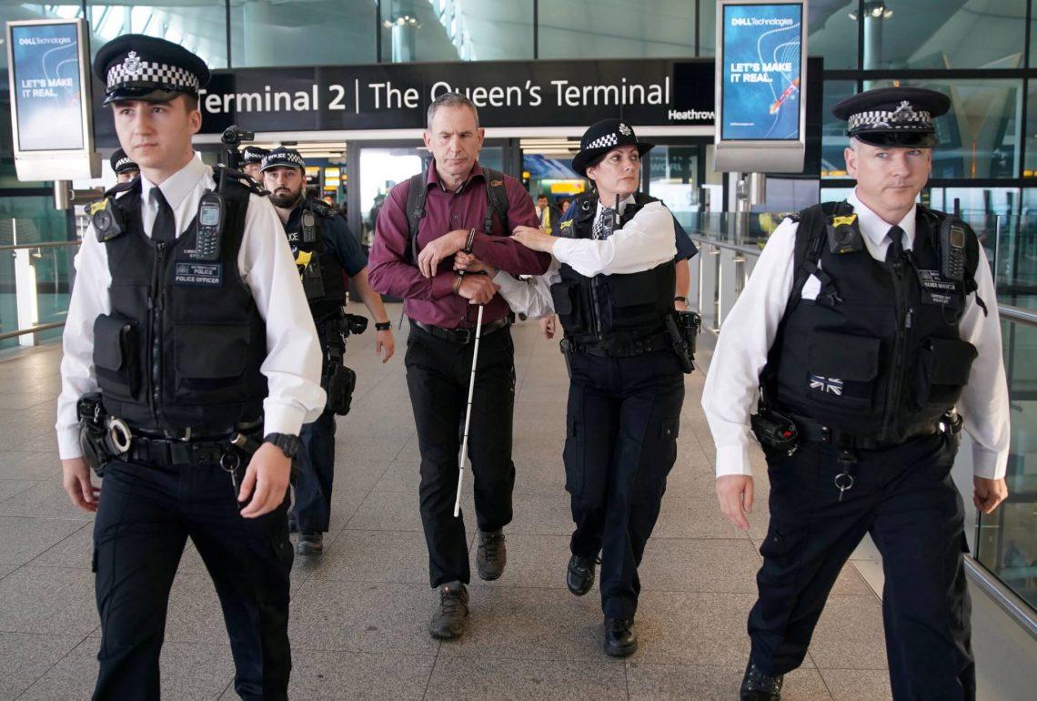 Eco-terroristas presos no aeroporto de Heathrow após 'protesto de drones' fracassado