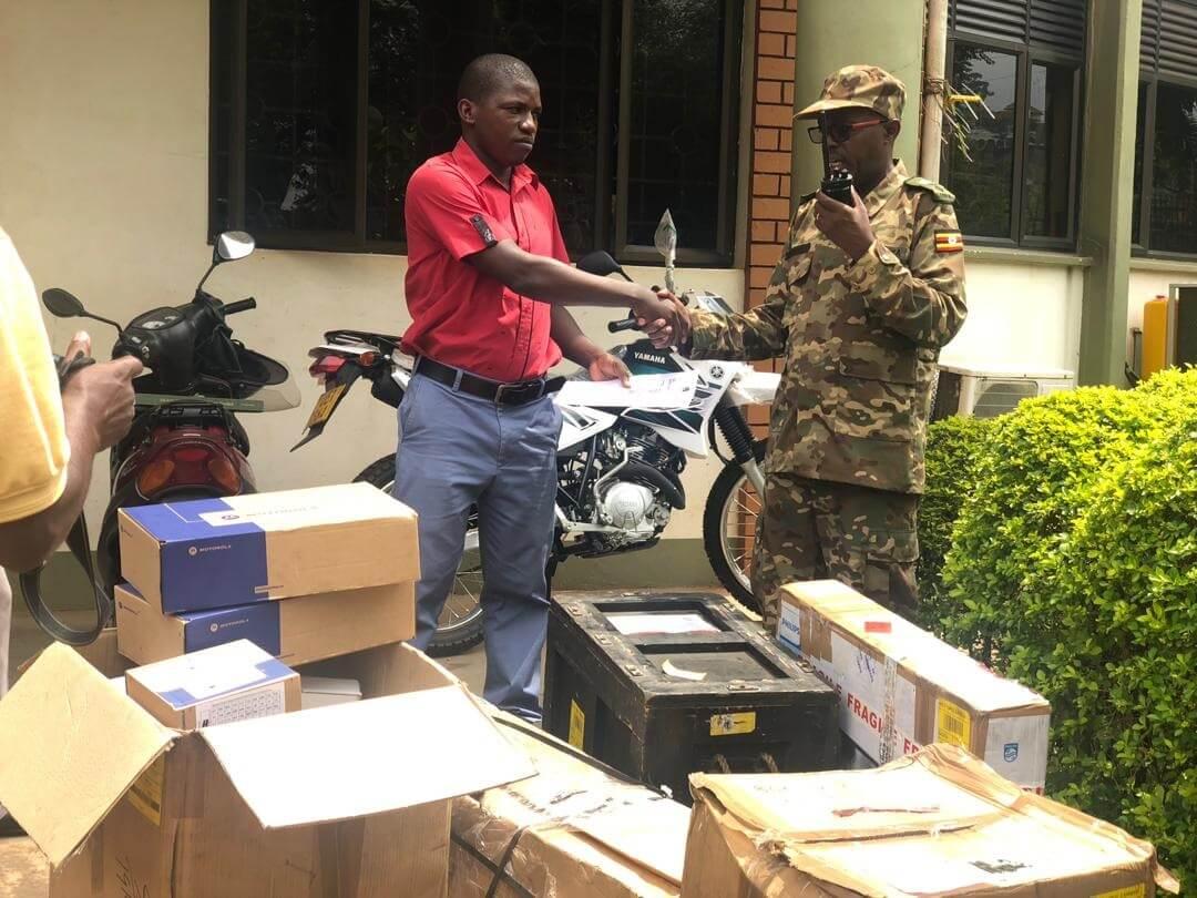 اداره حیات وحش اوگاندا تجهیزات نظارتی را از بنیاد حفاظت اوگاندا دریافت می کند