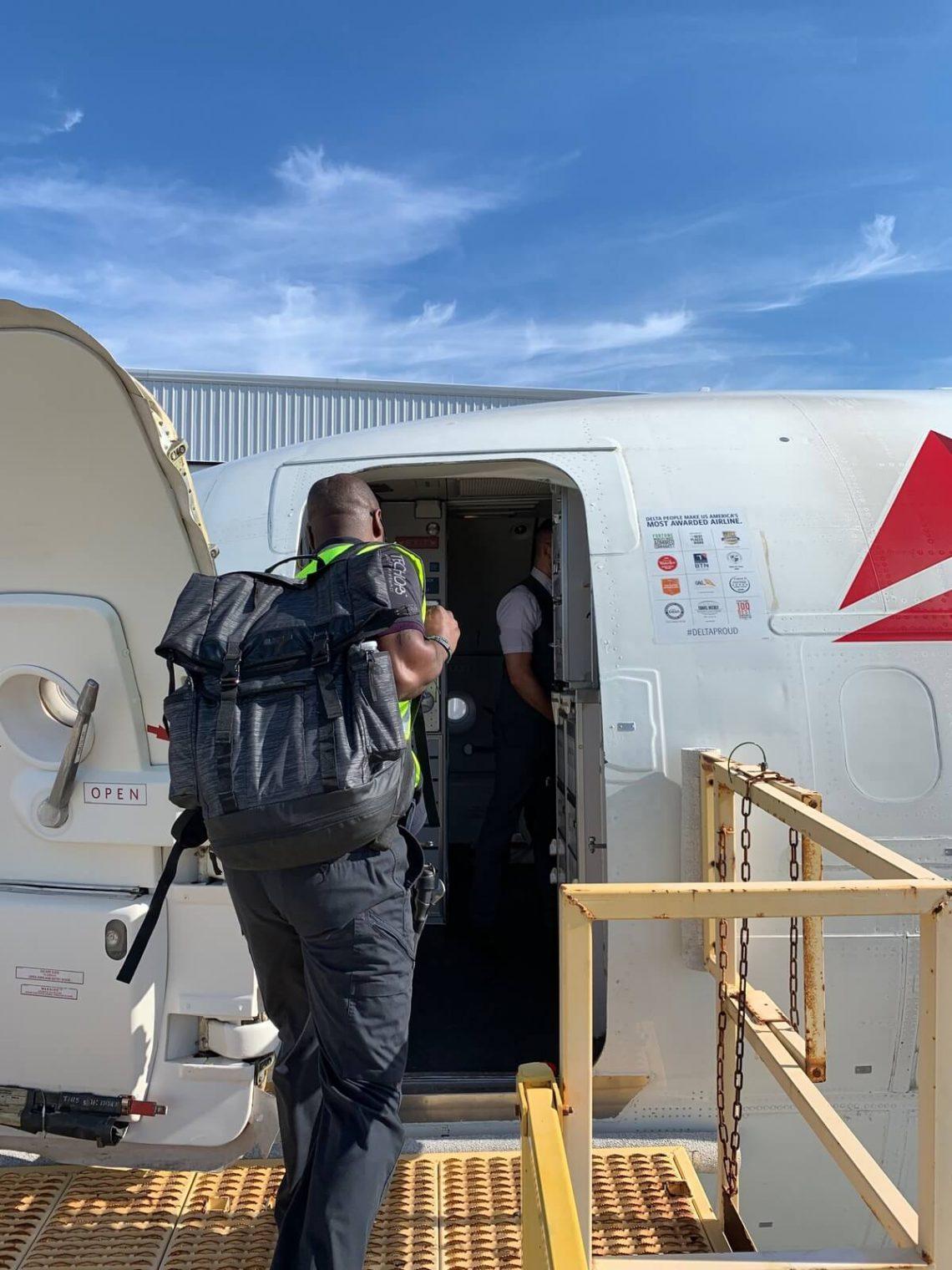 Delta krizhelpa flugo al Bahamoj evakuas dorikajn pluvivantojn, liveras 4,700 funtojn da provizoj