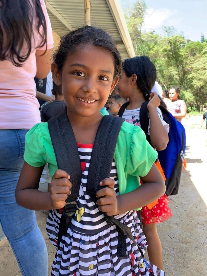 Skål Thailand donerer skoletasker til fattig skole i Honduras