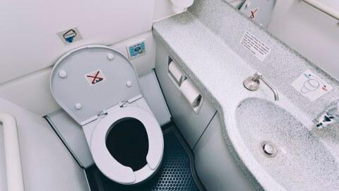 أسعار تذاكر السفر بالطائرة الاقتصادية الأساسية: قيود على استخدام مرحاض الطائرة