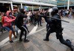 پروازها لغو شدند زیرا فرودگاه بارسلونا به میدان جنگ بین معترضین و پلیس تبدیل شد