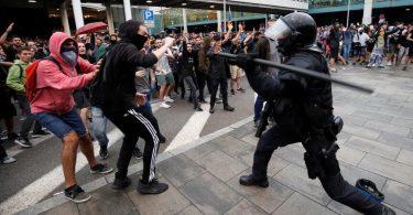 Lety zrušené, protože se z barcelonského letiště stalo bojiště mezi protestujícími a policií