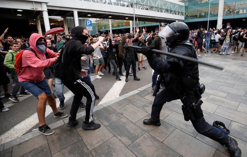 Vôos cancelados porque o aeroporto de Barcelona se torna campo de batalha entre manifestantes e polícia