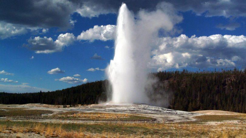 Un touriste de Tipsy Yellowstone tombe dans la piscine thermale d'Old Faithful, hospitalisé pour de graves brûlures