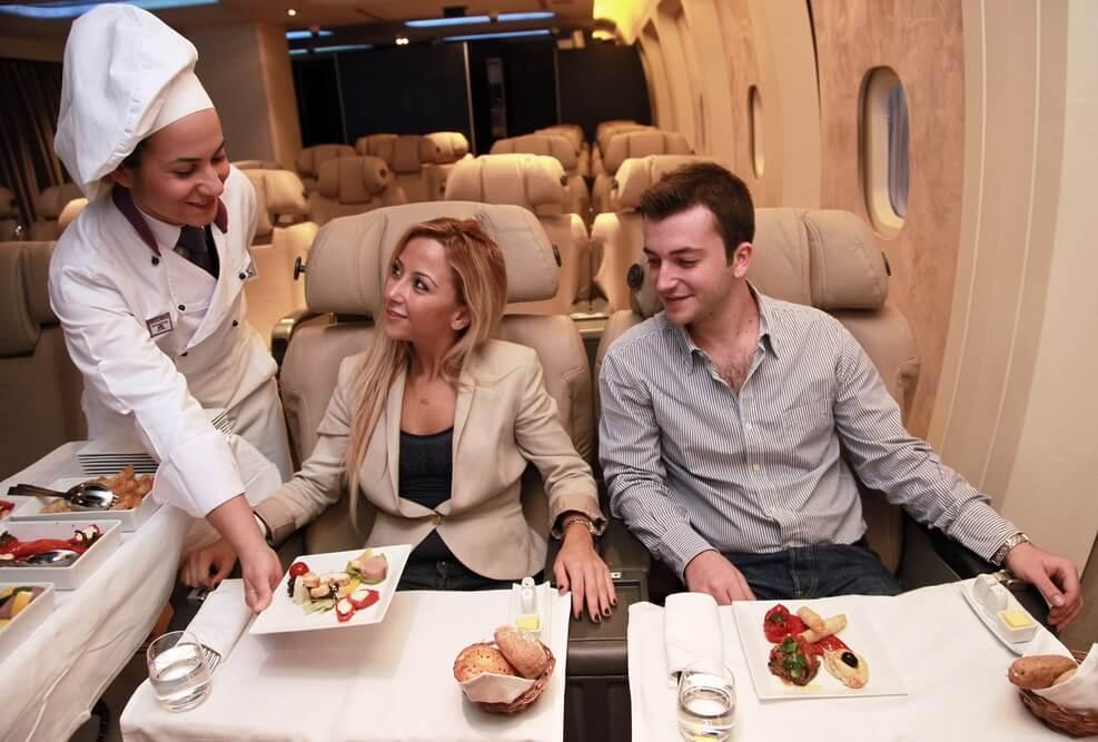 IATA: Rastúca letecká doprava, dopyt po kvalitných potravinách riadi rast trhu s cateringovými službami počas letu