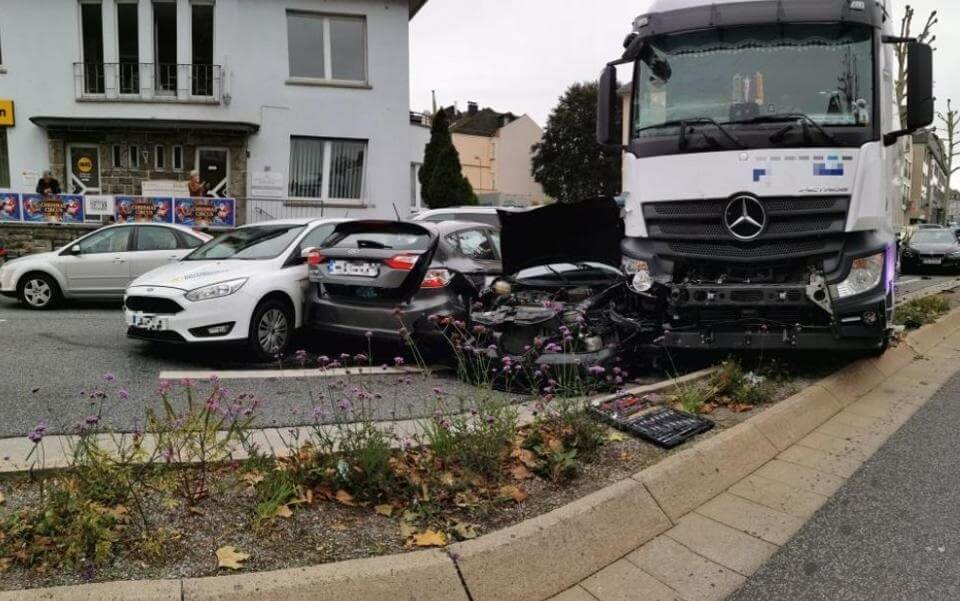 Acidente ou ataque? 17 pessoas feridas quando um caminhão bate em uma parada de trânsito na Alemanha