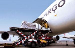 IATA: Obchodní válka mezi USA a Čínou těžce zatěžuje letecký náklad