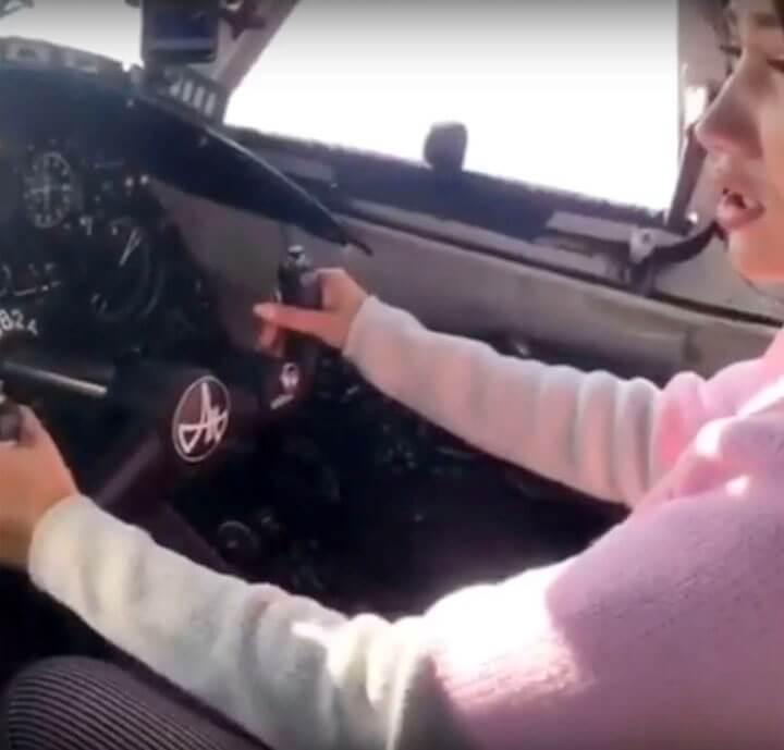 """پلیس روسیه به دنبال خلبانی است که به دوست دخترش اجازه دهد """"هواپیما را"""" رانندگی کند"""