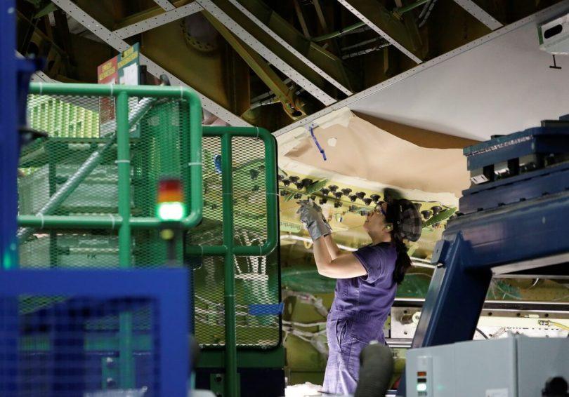 بازگشت به انسان ها: بوئینگ ربات هایی را که مونتاژ جت 777X آن را از کار می اندازد ، تخلیه می کند