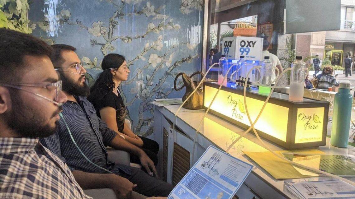 'Barras de oxigênio' estão na moda em Nova Delhi, sufocada pela poluição