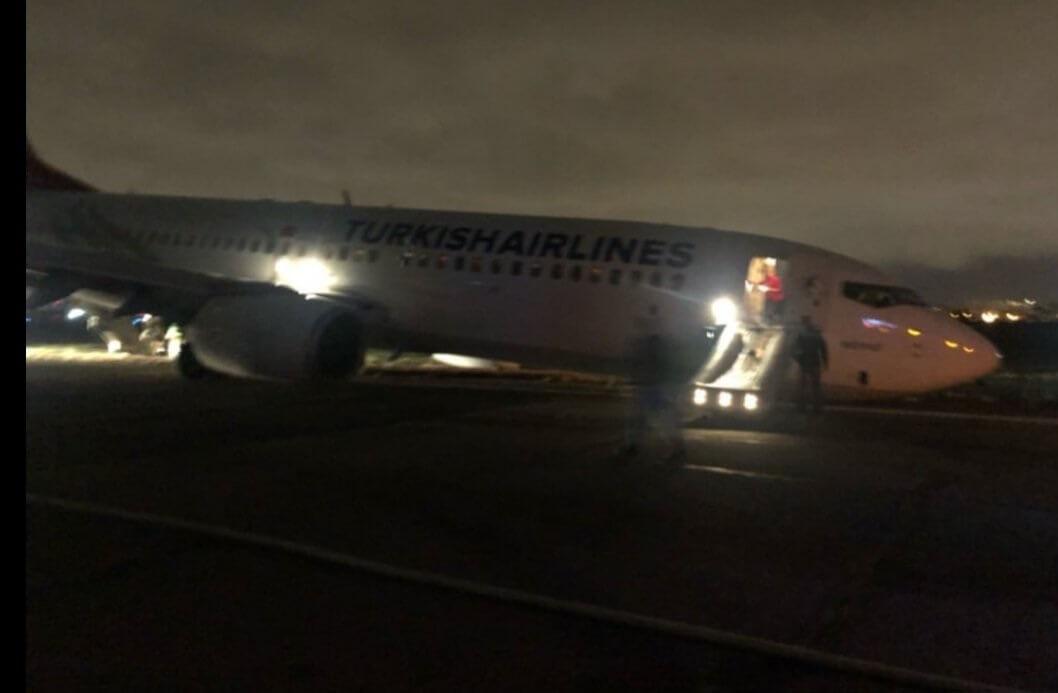 Jeto de Turkish Airlines kun 134 homoj surŝipe kraŝas sur la flughaveno de Odeso