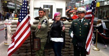 Berlin nglarang aktor Checkpoint Charlie sing nganggu para turis