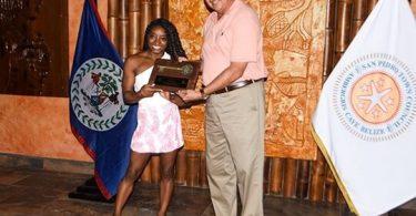 La olímpica Simone Biles recibe llaves simbólicas de San Pedro durante visita a Belice