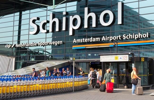 Varování o falešném únosu spouští evakuaci cestujících na letišti Amsterdam Schiphol