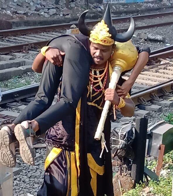 Los ferrocarriles indios reclutan al dios hindú de la muerte con cuernos para mantener alejados a los intrusos