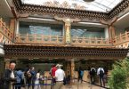 Bután: la tierra del dragón del trueno Rita payne Felicidad nacional bruta El rey del reino de Bután en el Himalaya fue noticia internacional cuando declaró que la felicidad nacional bruta es el objetivo del gobierno y que la economía no debe considerarse la única medida del éxito.  El rey actual, al igual que sus antepasados, se ha esforzado por mantener un equilibrio entre el progreso y el desarrollo y, al mismo tiempo, preservando la cultura y el patrimonio únicos del reino.  El encanto de Bután, cuyo nombre original, Druk Yul, significa Tierra del Dragón del Trueno, se hace evidente al volar hacia el reino.  El avión desciende por las nubes sobre espectaculares paisajes montañosos para aterrizar en el aeropuerto de Paro.  A diferencia de la mayoría de las terminales internacionales simples y estándar, la estructura y el diseño se basan en estilos butaneses con techos y pilares de madera tallada y murales de temática budista en las paredes.  Tashi Namgay Resort, que fue nuestra base principal durante nuestra estancia, está convenientemente ubicado frente al aeropuerto.  Como la mayoría de los otros edificios en Bután, el complejo hotelero también se inspira en la arquitectura local tradicional al tiempo que ofrece todas las comodidades que se esperan en un establecimiento de lujo.  Tiger's Nest y otras atracciones Paro se considera uno de los valles más bellos de Bután.  Nos despertamos en el primer día completo de nuestra visita con el sonido del río que corre a lo largo de la base del complejo hotelero desde su nacimiento en las montañas del Himalaya.  Nos recibió nuestro guía, Namgay, y el joven conductor, Benjoy, quienes se convirtieron en nuestros compañeros de confianza e informados durante nuestra visita.  El primer elemento de nuestro programa fue posiblemente el más desafiante.  Nuestro objetivo era subir al monasterio de Paro Taktsang, conocido popularmente como Tiger's Nest, que se aferra precariamente al borde de un acantilado escarpado.  Lamentableme