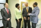 Jamaikos turizmo ministras Bartlettas linksmas apie Peru skrydį į Jamaiką