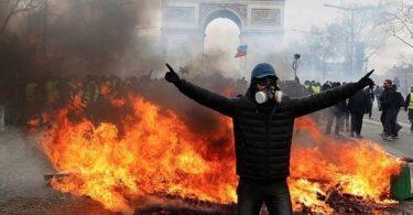 Chaos in Paris: Unruhen, brennende Autos und Tränengaswolken
