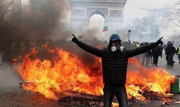 Caos em Paris: motins, carros em chamas e nuvens de gás lacrimogêneo
