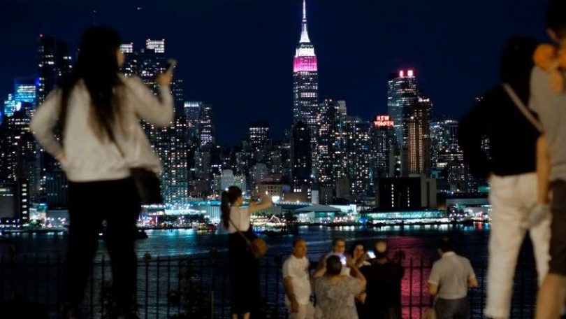 Qatar Airways- ը burgundy- ով լույս է տալիս Empire State Building- ին