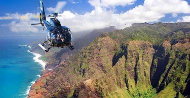 طائرة هليكوبتر سياحية فقدت قبالة كاواي ، هاواي ، يخشى سبعة أشخاص مصرعهم