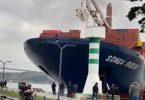 أدى تحطم سفينة إلى إغلاق أحد الممرات المائية الأكثر ازدحامًا في العالم