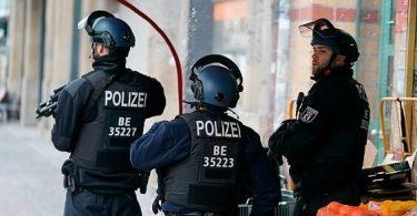 تیراندازی به ایستگاه بازرسی چارلی: پلیس با عجله به نقطه محبوب گردشگران در برلین می رود