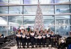 دانش آموزان ابتدایی هیترو کریسمس را در فرودگاه باز می کنند