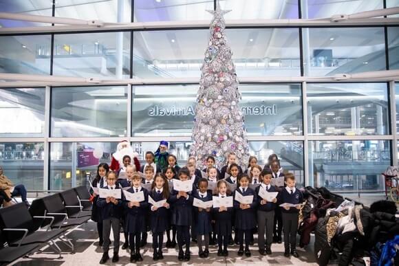 Учениците от Heathrow Primary разгръщат коледа на летището