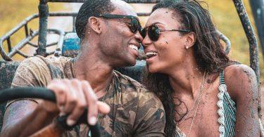 Couple de mannequins Afiya Bennett et Lloyd Dickenson lors d'une lune de miel romantique à Antigua-et-Barbuda