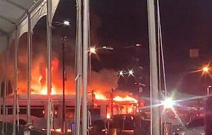 Tři autobusy stoupají v plamenech v LAX-it lot, což vytváří dočasný chaos pro cestující