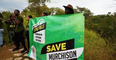 マーチソンフォールズのダムに関するウガンダツアーオペレーター協会での抗議