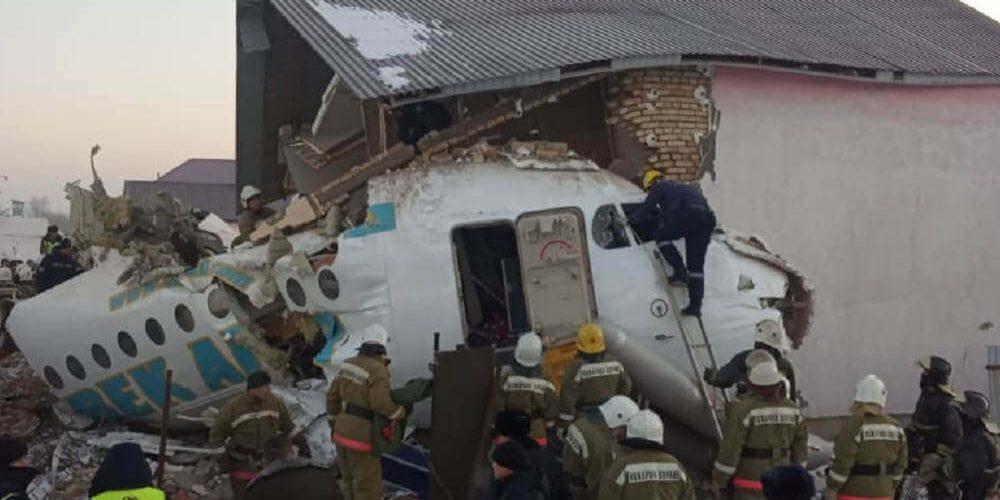 Jato de passageiros com 100 pessoas bateu em um prédio de dois andares