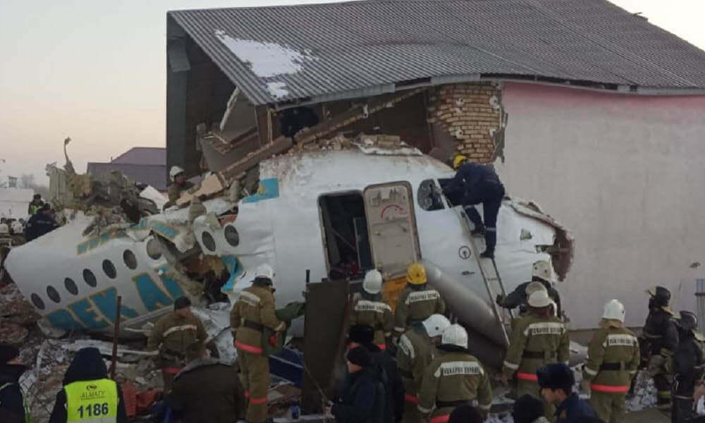 Jet penumpang dengan 100 orang menabrak gedung berlantai dua